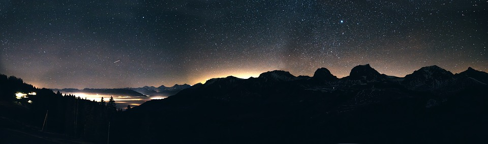 Sternenhimmel über den Bergen
